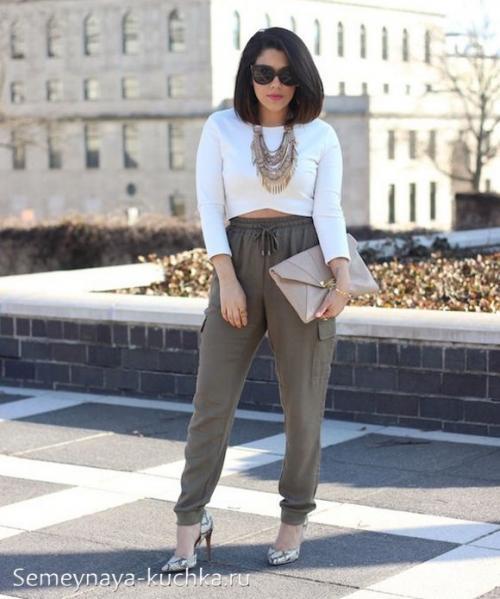 Женские штаны с резинкой внизу. на резинке внизу.