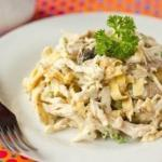 Салат с курицей, омлетом и грибами: белковый заряд!