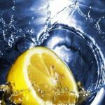7 веских причин, по которым день следует начинать со стакана воды с лимоном.
