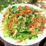Рецепт салата щеткапонадобится свекла, морковь, капуста и зелень.