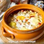 Яйца, запеченные с курицей и овощами.